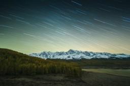 Звездные треки над Северо-Чуйским хребтом и озером Джангысколь, Республика Алтай