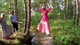 Веревочная переправа через ручей на празднике Земли 2017 в Живе