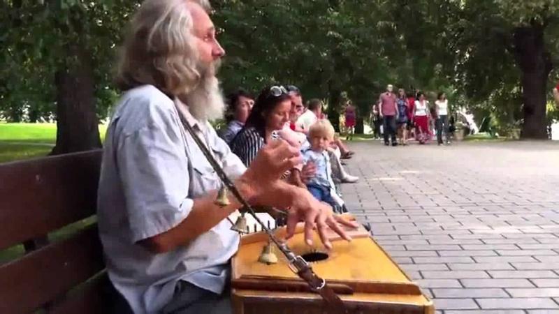 Гусли. Дед играет и поёт душевно