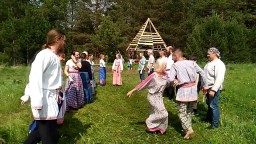 Хороводная игра Ручеек на празднике Купала в Родовом поселении Жива
